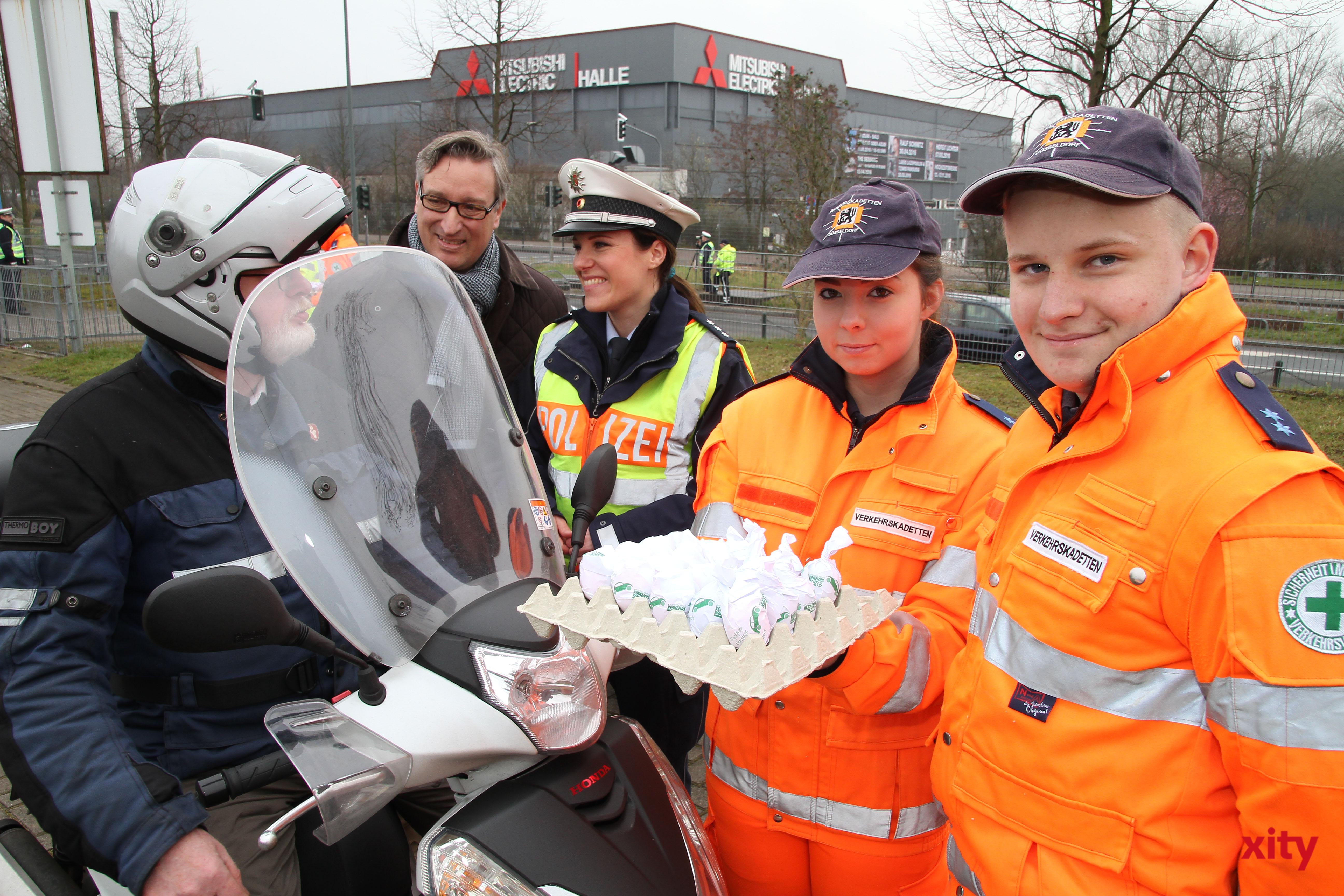Die Verkehrswacht Düsseldorf verteilte Eier an Verkehrsteilnehmer, die sich vorbildlich im Straßenverkehr verhalten (Foto: xity)