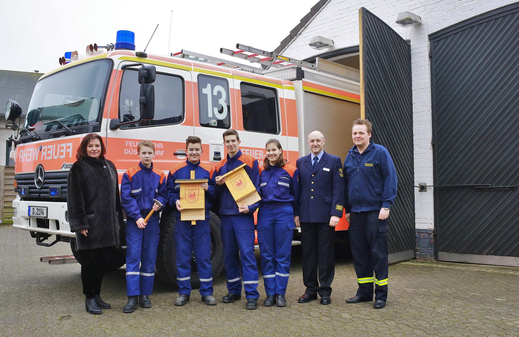 Helga Stulgies (links), Branddirektor Arvid Graeger und Dennis Rätzer (rechts) mit Jugendfeuerwehrleuten von der Löschgruppe Kalkum (Foto: Stadt Düsseldorf, Christoph Göttert)
