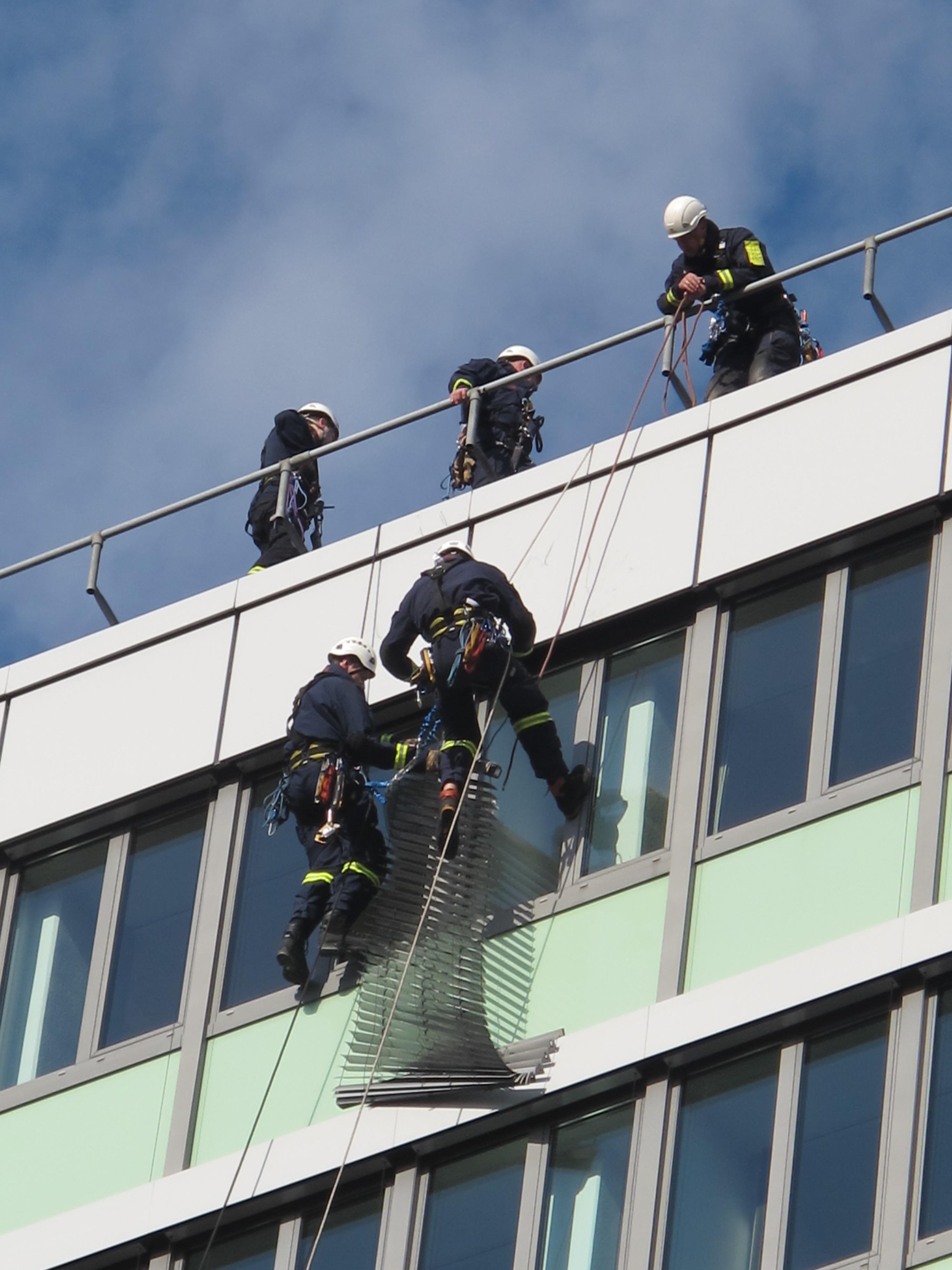 Lose Außenjalousie erfordert Höhenretter-Einsatz (Foto: Feuerwehr Düsseldorf)