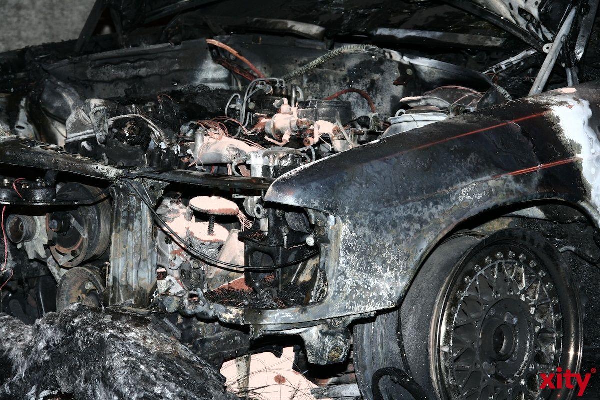 Ein Fahrzeug an der Hitdorfer Straße ging am Dienstag in Flammen auf (Foto: xity)
