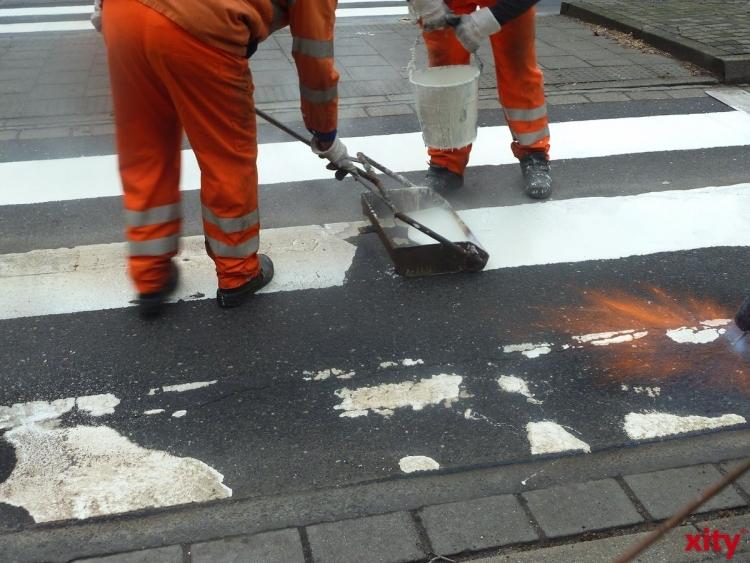 Fahrspuren der Kreuzung Münchener-/Ickerswarder Straße wegen Asphaltarbeiten gesperrt (Foto: xity)