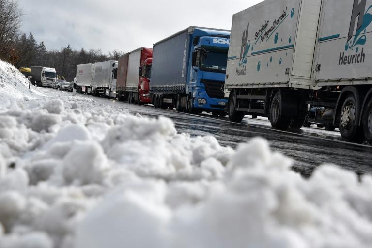 Wintereinbruch sorgt für Verkehrschaos auf Autobahnen in Osthessen (© 2016 AFP)