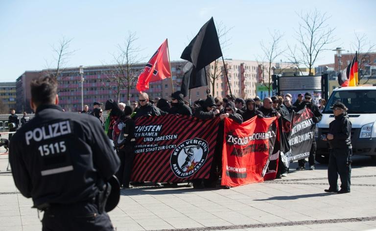 Gegendemonstranten behindern rechten Aufmarsch in Berlin-Hellersdorf (© 2016 AFP)