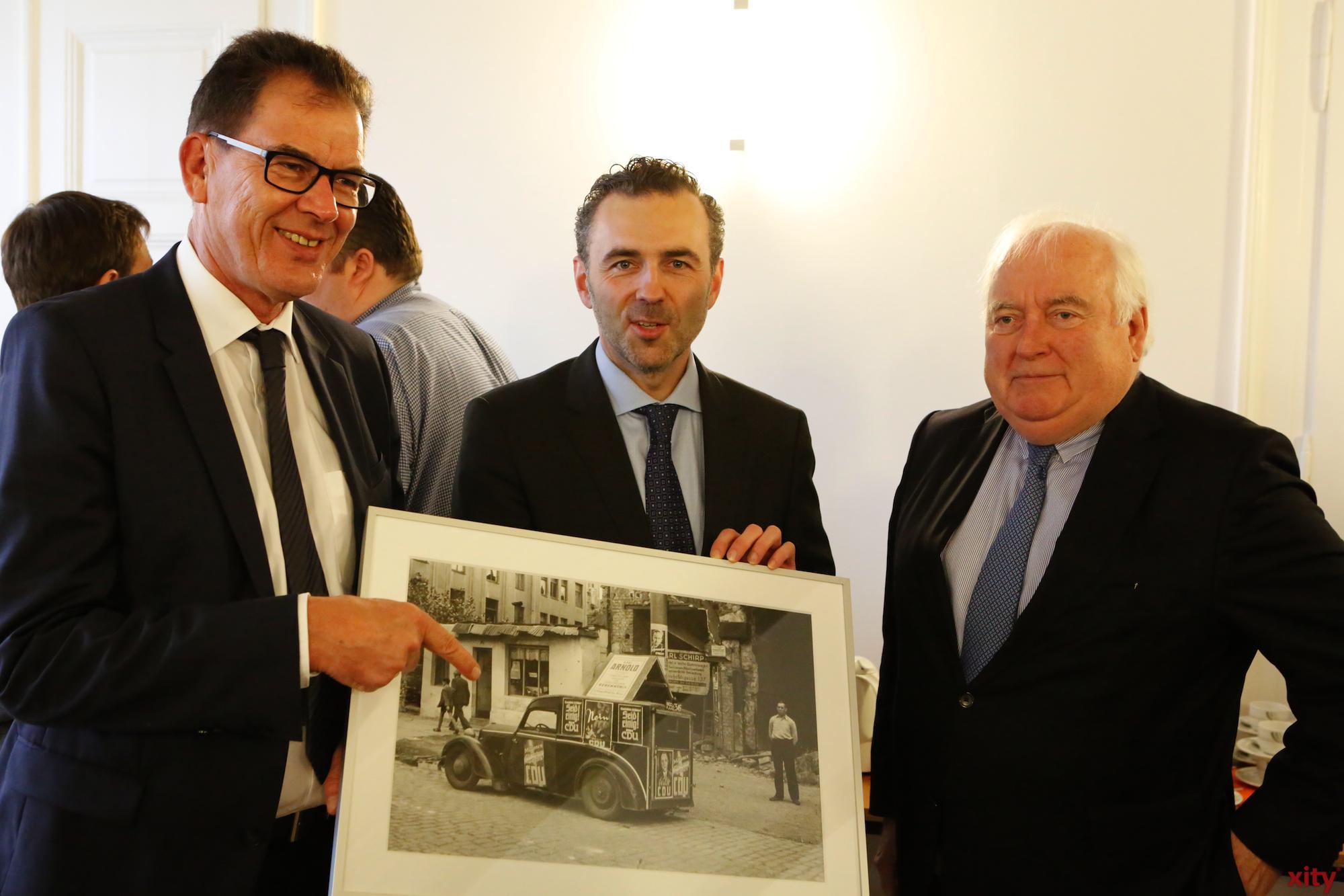 Von Bürgermeister Friedrich G. Conzen (r.) gab es ein Bild zur Eröffnung (Foto: xity)