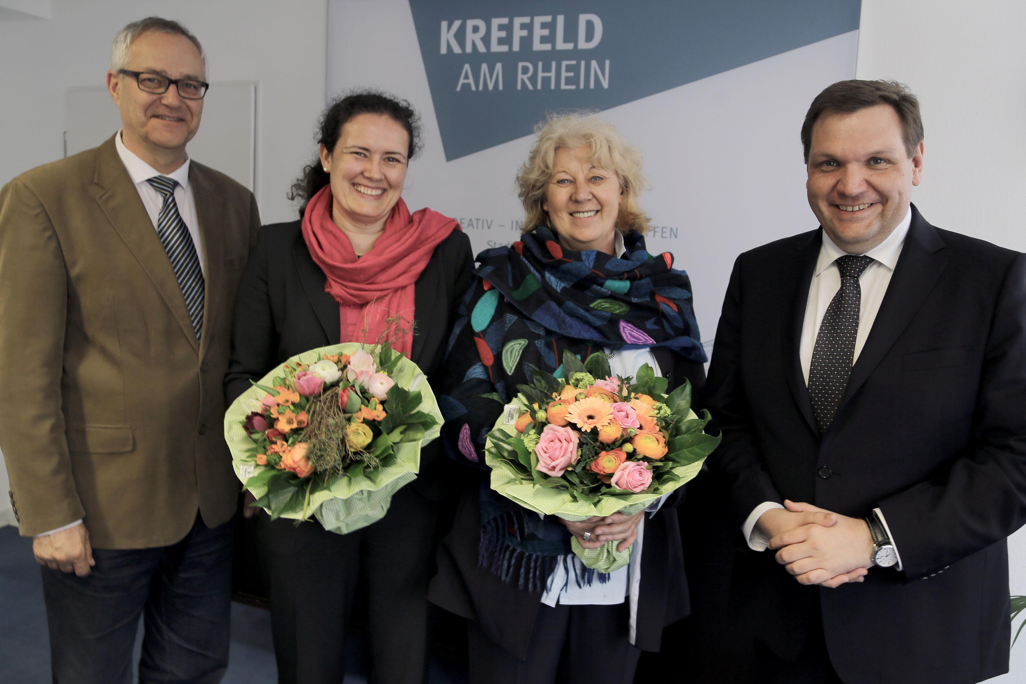 Oberbürgermeister Frank Meyer (rechts) und Schuldezernent Gregor Micus haben die beiden  neuen Schulrätinnen Ann-Kathrin Kamber (links) und Marita Koblenz-Lüschow begrüßt (Foto: Stadt Krefeld, L. Strücken)