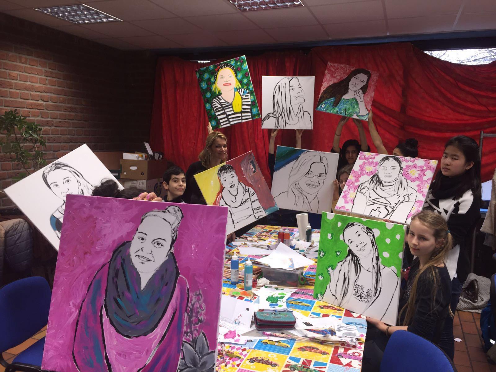 Mit neu erlernten Techniken brachten die jungen Künstler ihre Selfies und Porträts auf die Leinwand (Foto: Stadt Ratingen)