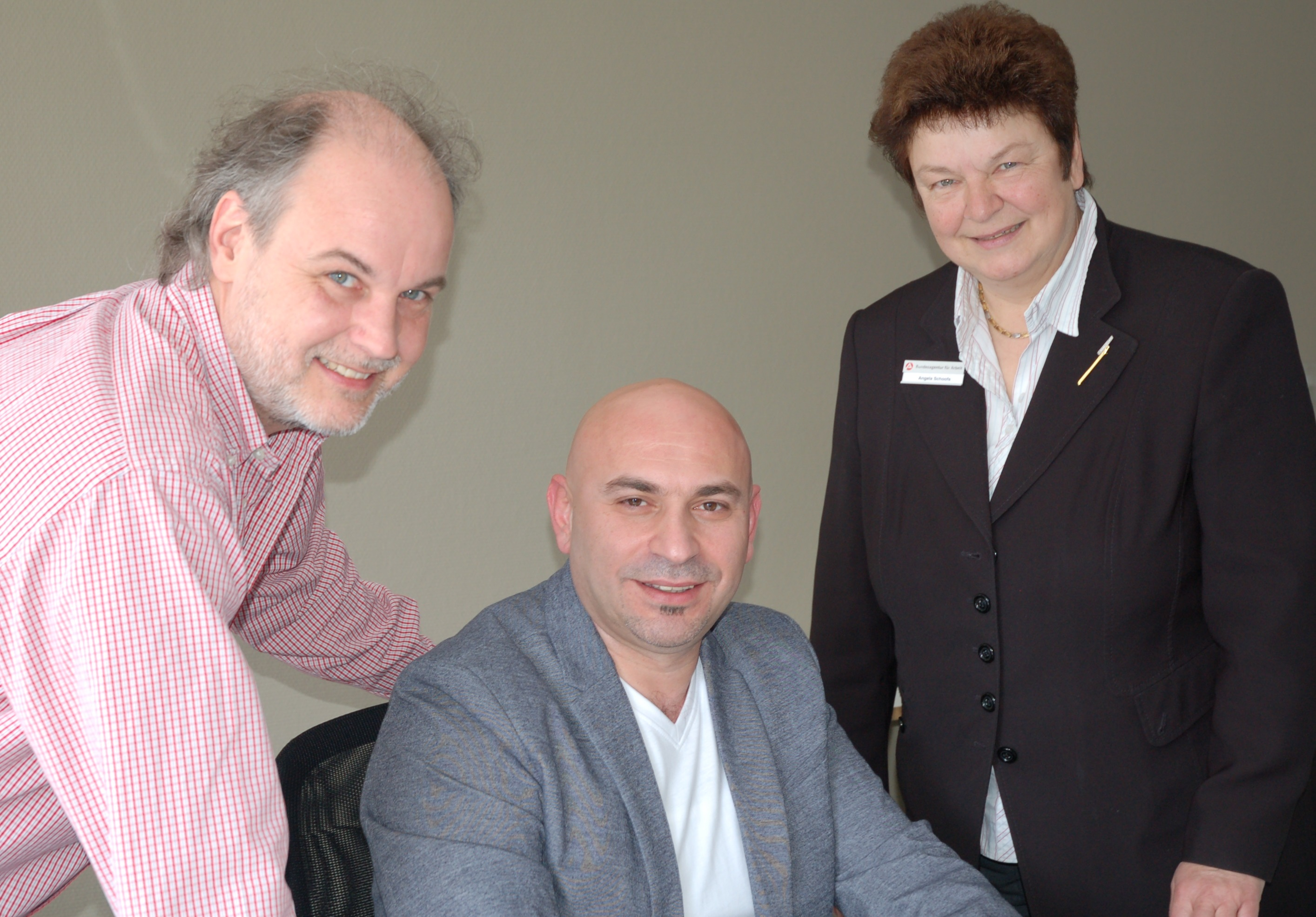 Freuen sich über die gute Zusammenarbeit (von links): Stefan Steinhäuser, Louai Dakhel und Angela Schoofs (Foto: Agentur für Arbeit Mönchengladbach)