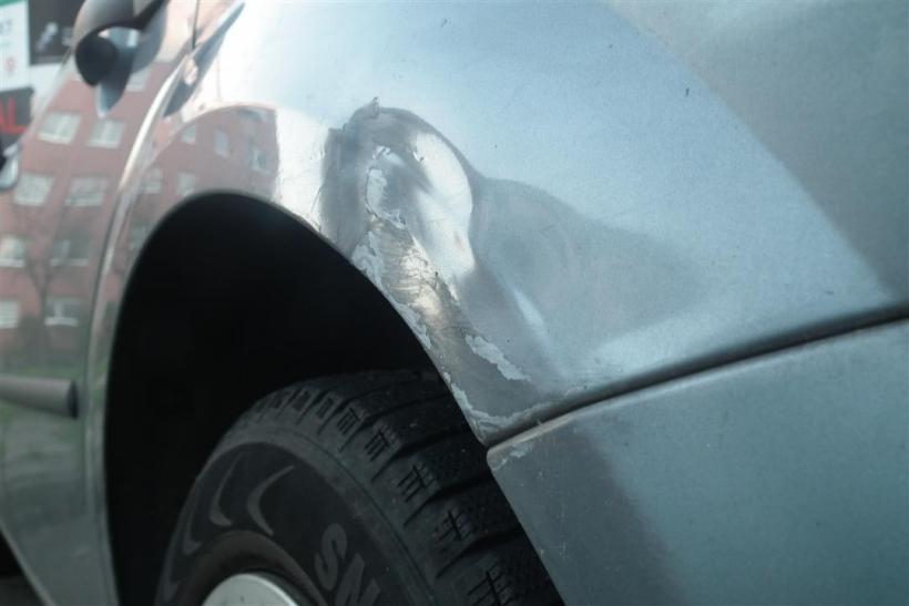 Wer beim Ein- oder Ausparken ein fremdes Fahrzeug beschädigt und nicht auf den Fahrer oder die Polizei wartet, begeht Fahrerflucht (Foto: xity)