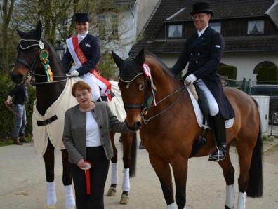 Sabine Jakubek-Schütte und Markus de Reuver mit der Präsidentin des Pferdesportverbandes Anne-Hanne Siepenkothen (Foto: PSV Düsseldorf)