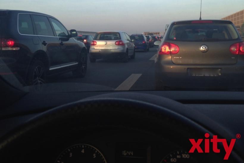 Nicht nur im Stau, sondern auch andersweitig müssen Autofahrer oft Wartezeit mitbringen (Foto: xity)