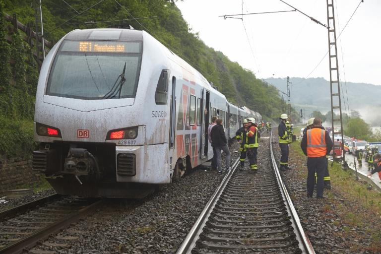 Zug nach Erdrutsch in Rheinland-Pfalz teilweise entgleist (© 2016 AFP)