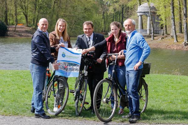 Michael Hülsmann (links) und Karl-Heinz Renner (rechts) mit Aline Focken, OB Frank Meyer und Pauline Sasserath (Foto: Stadt Krefeld)
