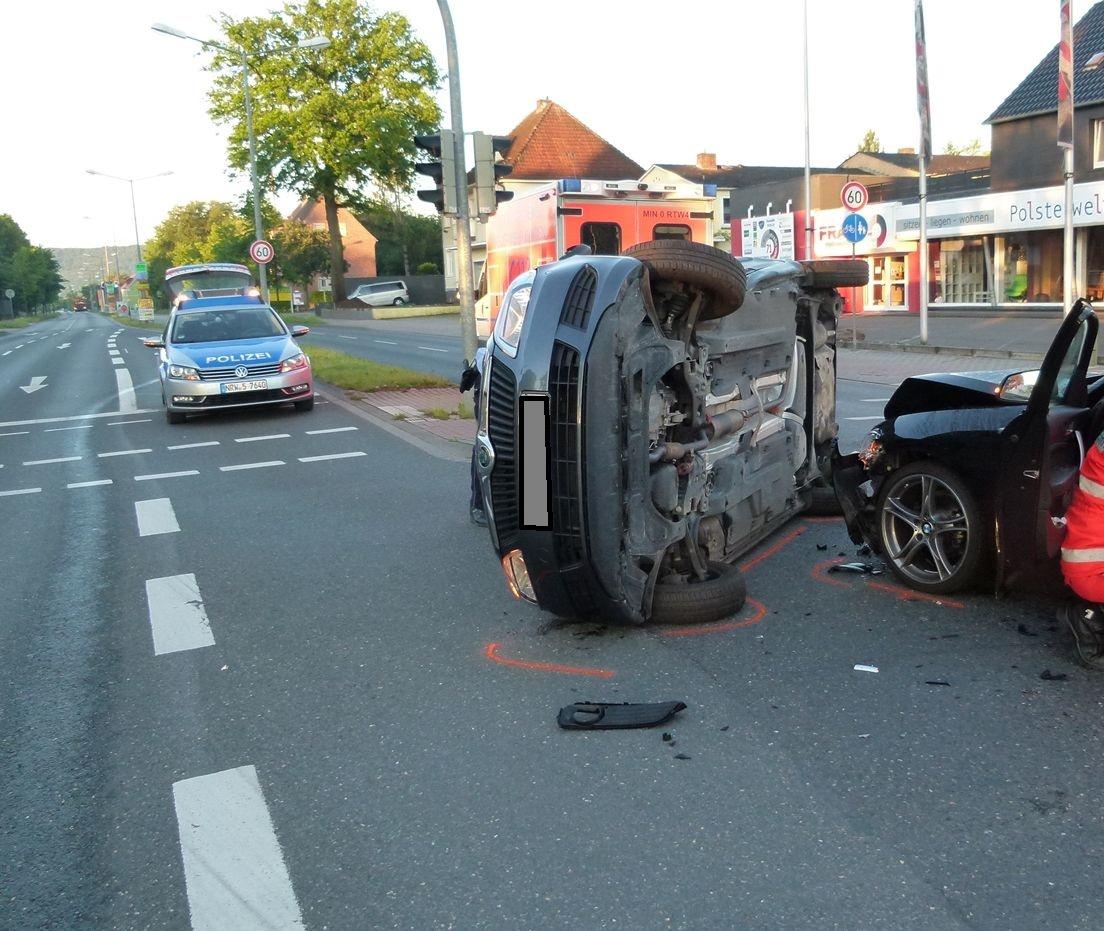 Auto kippt bei Unfall auf die Seite (Foto: OTS)