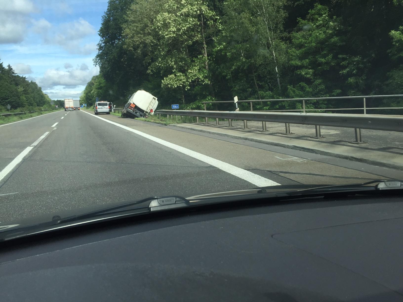 Verkehrsunfall mit umgekipptem Tanklaster (Foto: OTS)