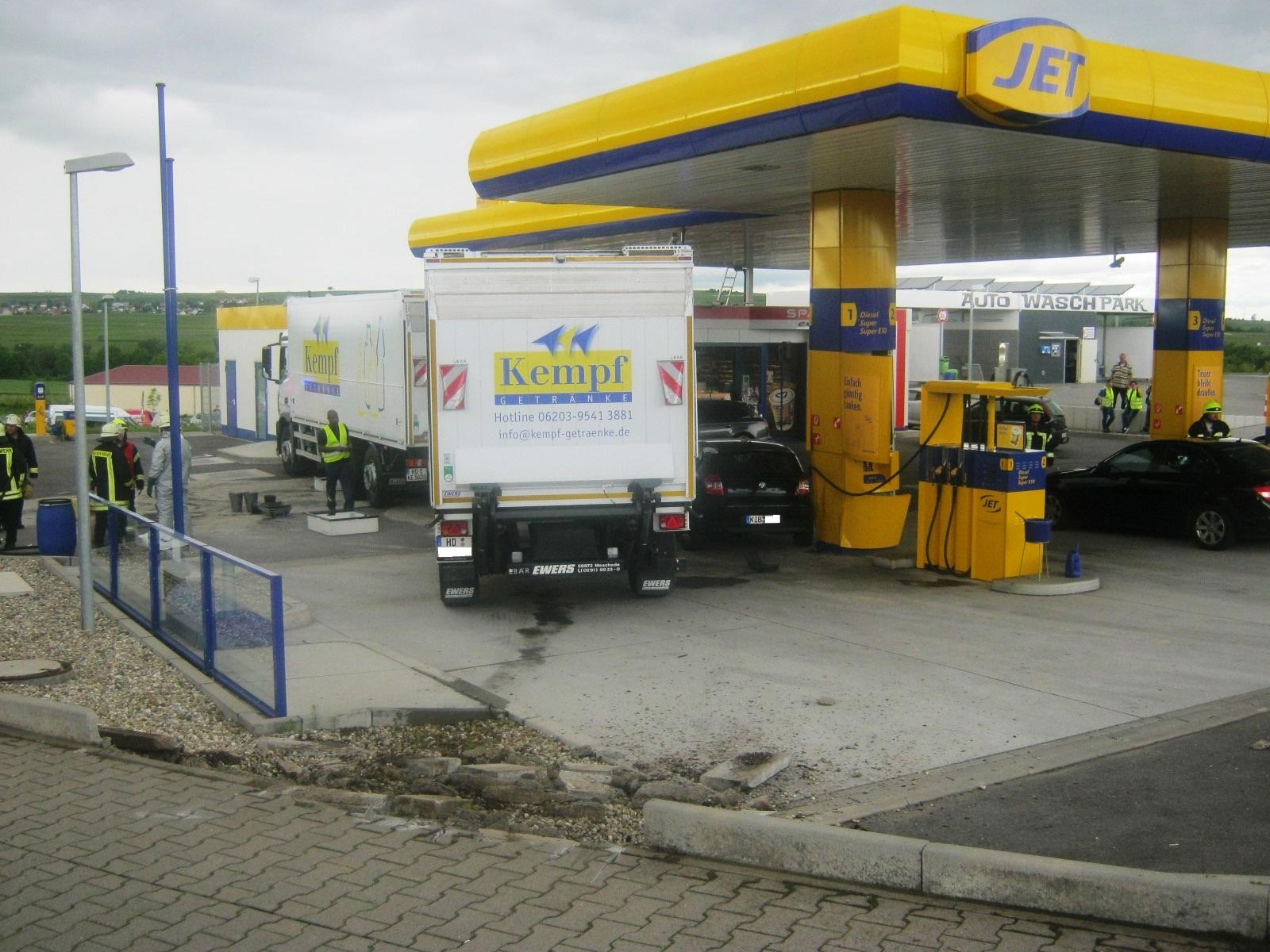 Führerloser LKW rollt auf Tankstelle zu(Foto: OTS)