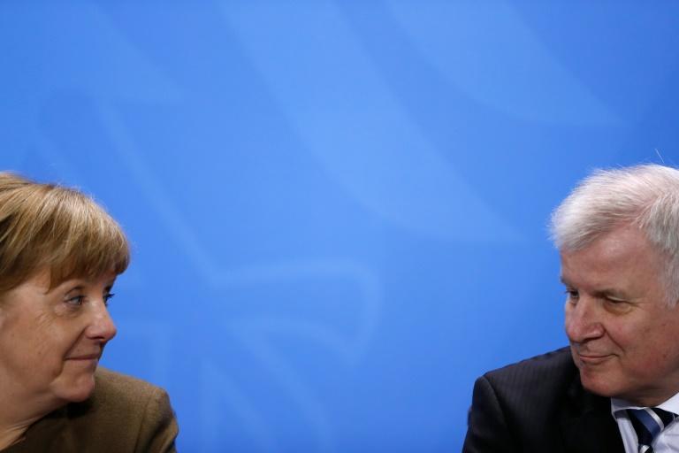 Seehofer kommt Merkel bis Potsdam entgegen (© 2016 AFP)