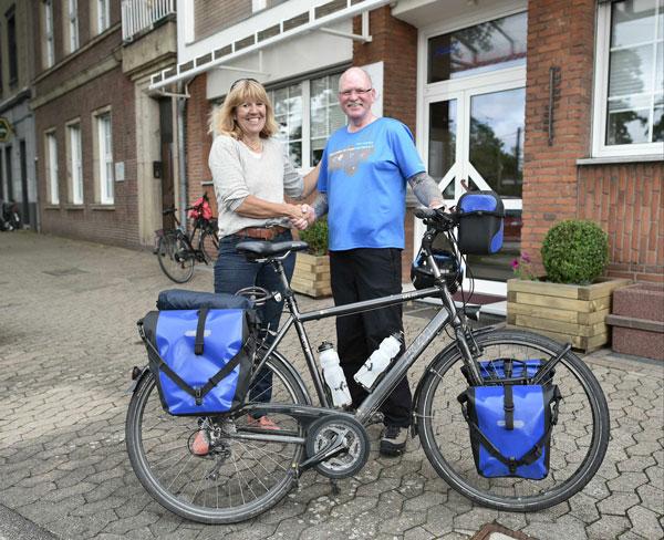 """Bürgermeisterin Gisela Klaer verabschiedet """"Spendenradler"""" Oliver Trelenberg vor seiner  Weiterfahrt von Krefeld nach Duisburg (Foto: Stadt Krefeld)"""