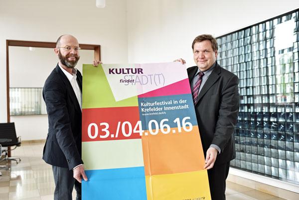 Oberbürgermeister Frank Meyer (rechts) und Uli Cloos, Leiter des Fachbereichs  Stadtmarketing (Foto: Stadt Krefeld)