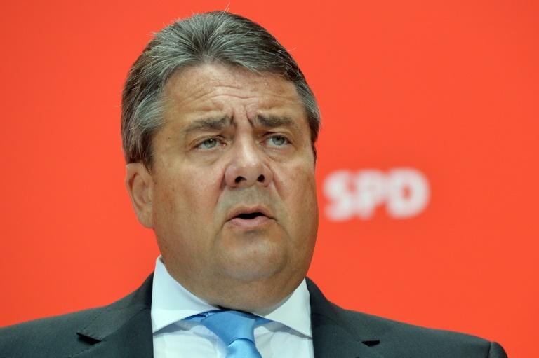 Gabriel will bei Lohngleichheitsgesetz nicht locker lassen (© 2016 AFP)