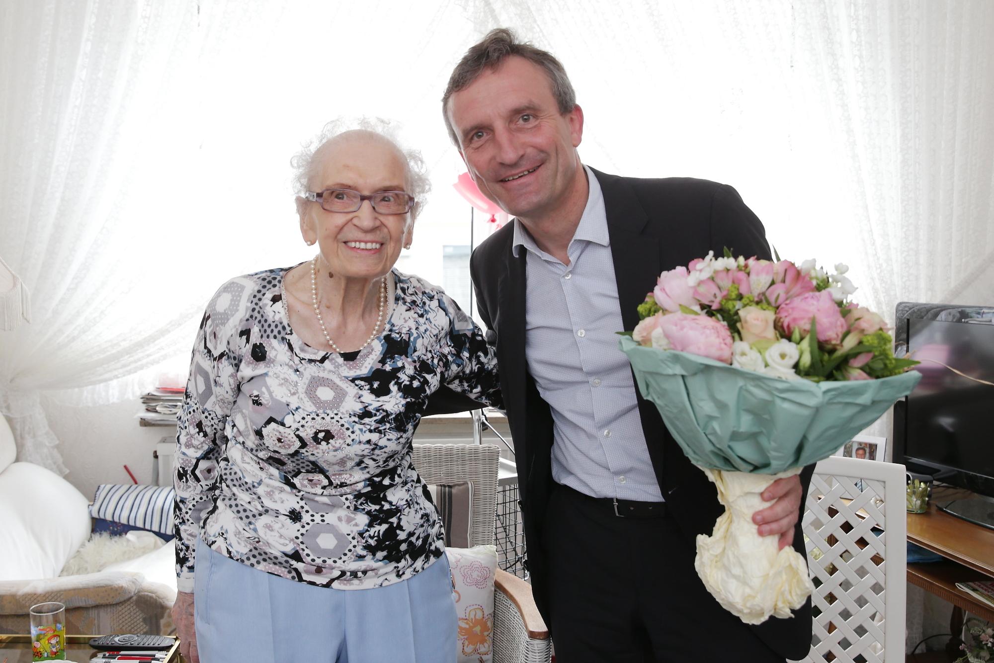 Oberbürgermeister Thomas Geisel bei der Jubilarin Else Polke (Foto: Stadt Düsseldor)