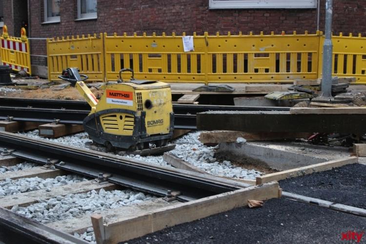 Die Rheinbahn reguliert an der Kreuzung Südring/Aachener Straße die Gleise, da der Untergrund beschädigt ist(Foto: xity)