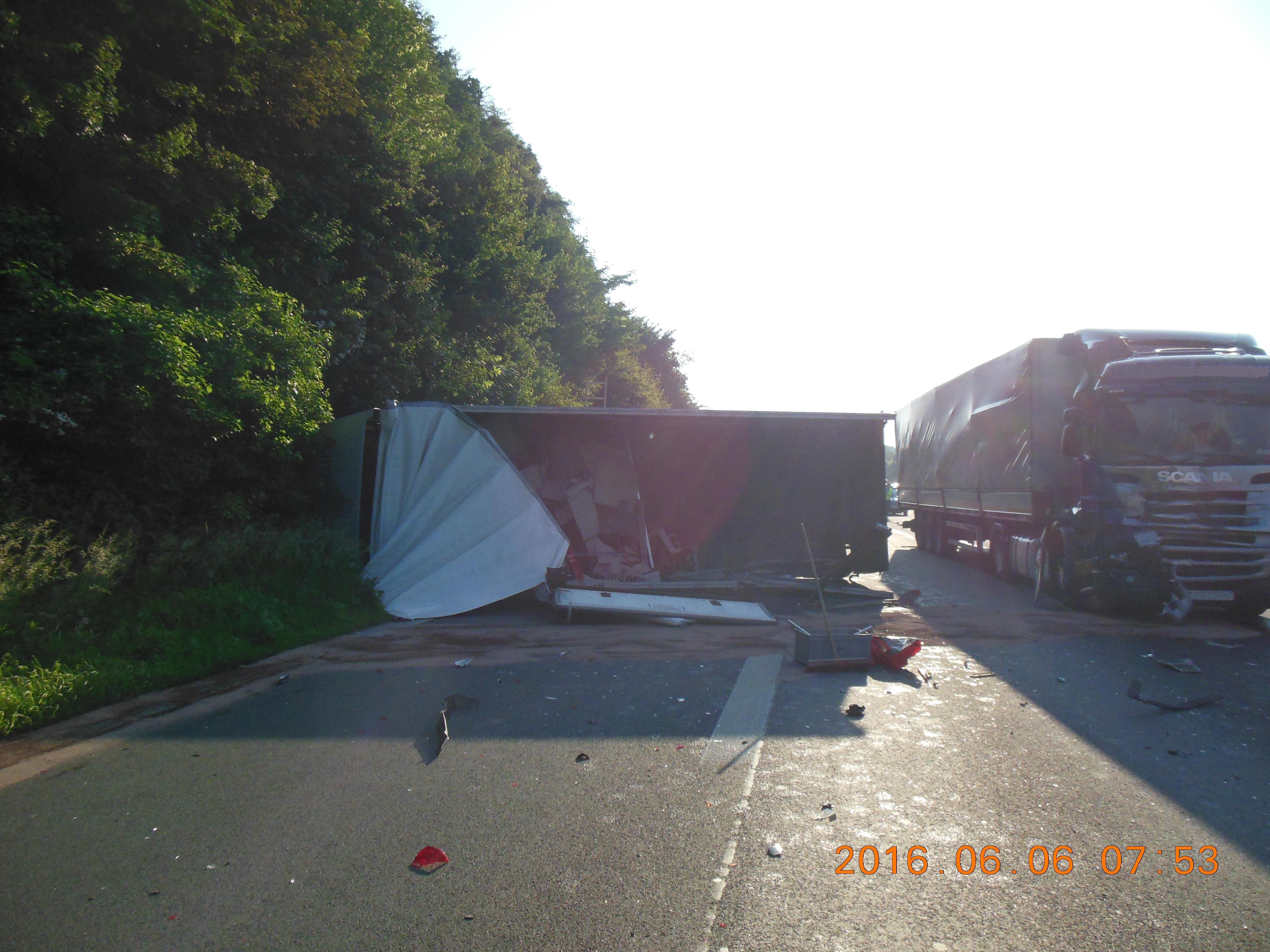 Verkehrsunfall mit drei LKW auf ... (Foto: OTS)
