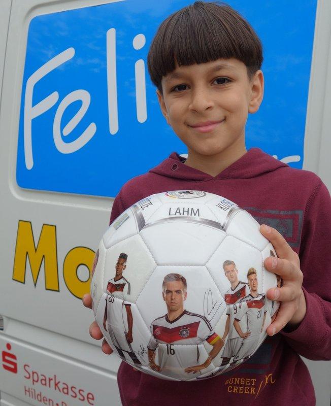 Der elfjährige Ahmad Alkatib aus Tiefenbroich zeigt einen DFB-Ball, den man bei dem städtischen Ratespaß gewinnen kann (Foto: Stadt Ratingen)