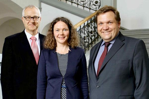 Die neue Leiterin des Museums Burg Linn, Jennifer Morscheiser-Niebergall, wurde im Rathaus von Kulturdezernent Gregor Micus und Oberbürgermeister Frank Meyer vorgestellt (Foto: Stadt Krefeld/L. Strücken)