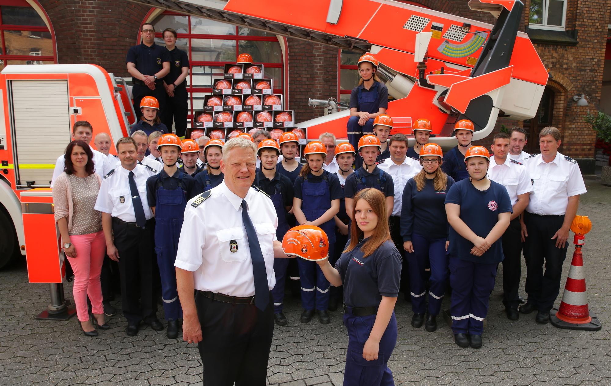 Stadtfeuerwehrverband stiftet 130 multifunktionale Helme für die Jugendlichen für Übungsdienst und Freizeitaktivitäten (Foto: Stadt Düsseldorf, David Young)