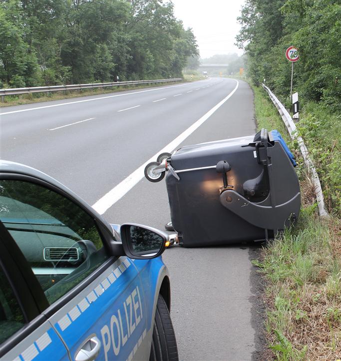 """Am Freitag, dem 3. Juni rollt ein  schwarzer 1100 Liter Müllcontainer, auf dem sich ein Aufkleber des Bochumer Abfallentsorgers """"USB"""" befand, von einem Anhänger auf die Straße. (Foto: OTS)"""
