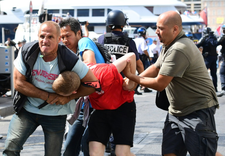 De Maizière: Namen von 2500 deutschen Hooligans an Frankreich übermittelt (© 2016 AFP)
