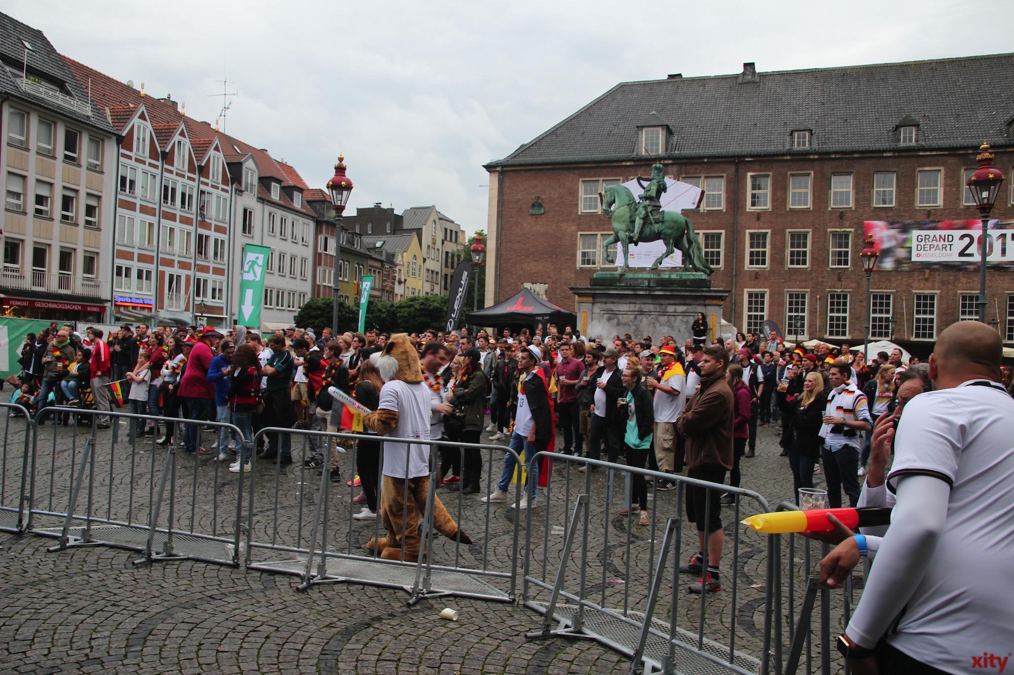 Vor dem Rathaus versammelten sich rund 500 Fans. (Foto: xity)