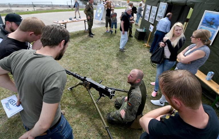 Friedensaktivisten kritisieren Hantieren von Kindern mit Bundeswehr-Waffen (© 2016 AFP)