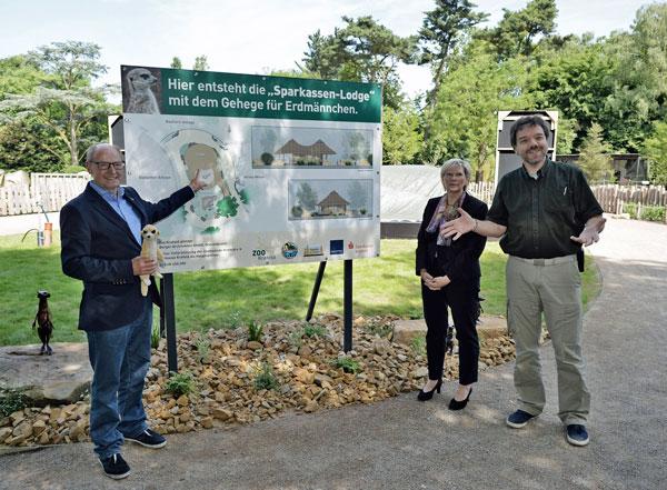 Zoofreunde Vorsitzender Friedrich R. Berlemann, Sparkassen-Vorstand Dr. Birgit Roos und  Zoochef Dr. Wolfgang Dreßen (Foto: Stadt Krefeld)