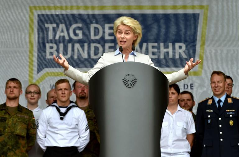 Von der Leyen will bei Tag der Bundeswehr keine Handwaffen mehr anfassen lassen (© 2016 AFP)