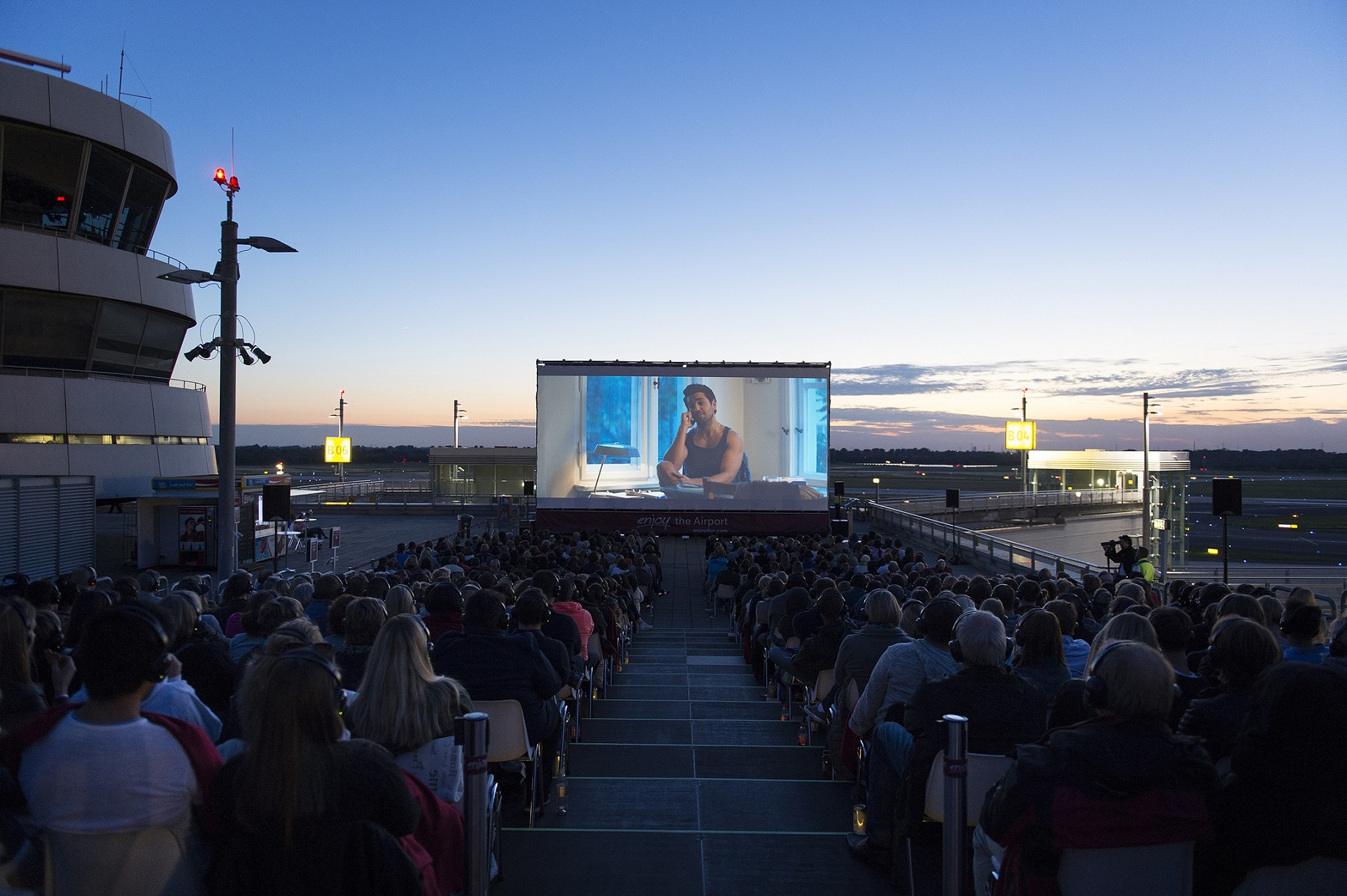 """""""OpenAirport Kino"""" auf der Flughafenterrasse (Foto: Düsseldorf Airport)"""