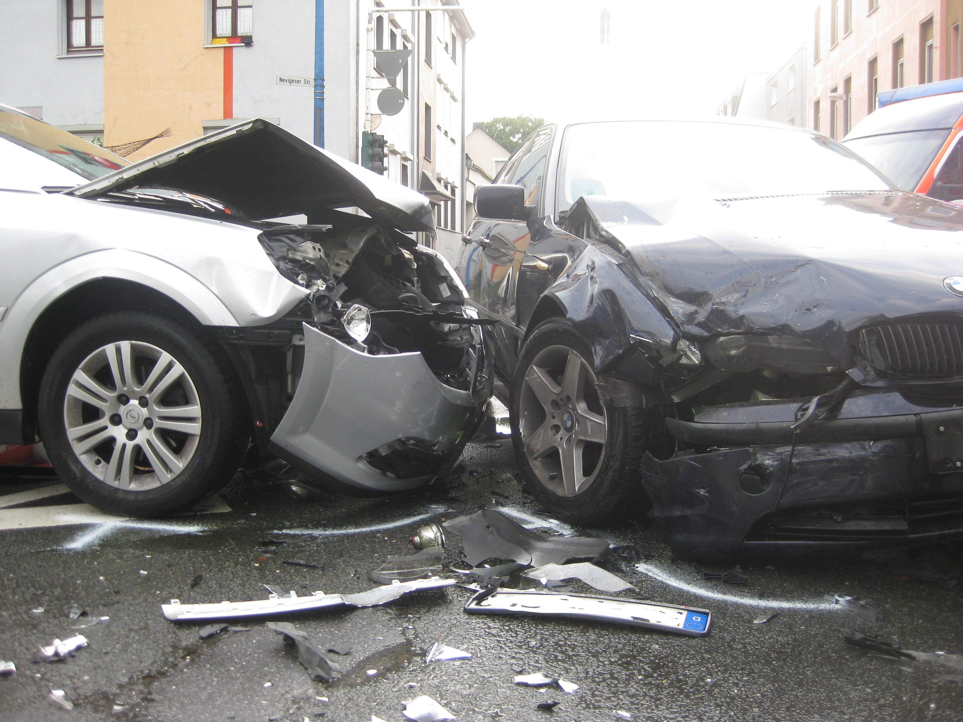 Schwerer Verkehrsunfall im Kreuzungsbereich - ... (Foto: OTS)