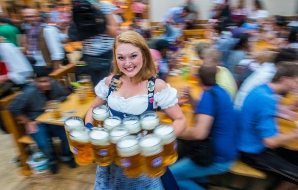 Für das Münchner Oktoberfest haben die Festwirte Preise zwischen 10,40 Euro und 10,70 Euro je Liter Bier angemeldet (Foto: AFP)
