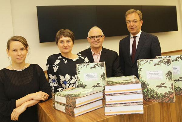 Magdalena Holzhey, Sylvia Martin und Museumsleiter Martin Hentschel mit  Lothar Birnbrich, Vorstand der Sparkassen Kulturstiftung (Foto: Stadt Krefeld, L. Strü)