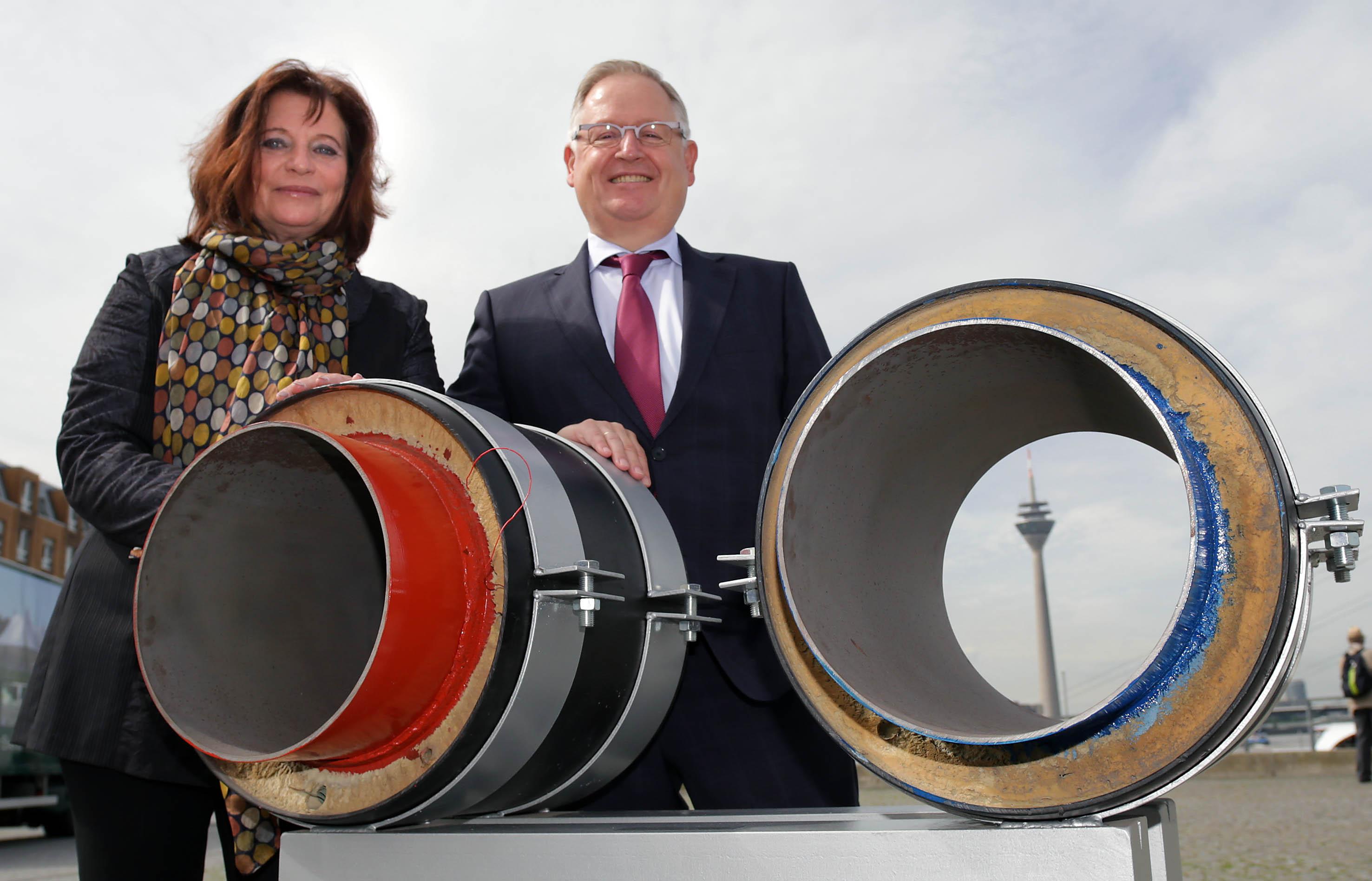 Umweltdezernentin Helga Stulgies und Manfred Abrahams, Vorstandsmitglied der Stadtwerke (Foto: Stadt Düsseldorf, Ingo Lammert)