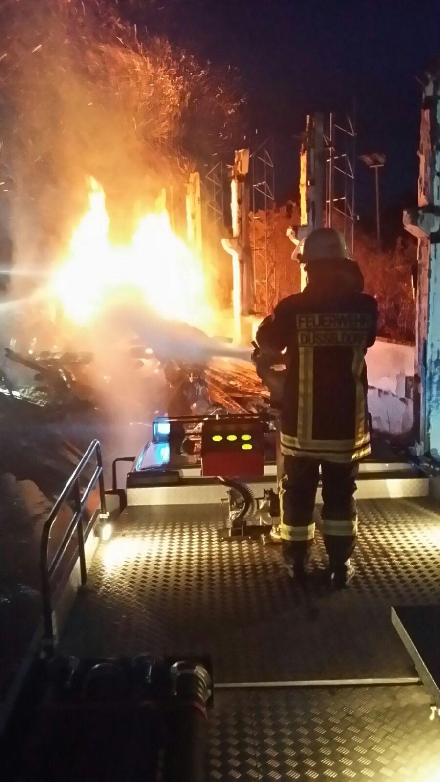 Feuer in ehemaliger Flüchtlingsunterkunft Messehalle 18 (Foto: Feuerwehr Düsseldorf)