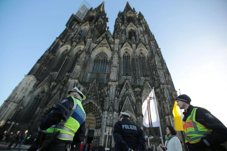 Fünf russische Hooligans nach Angriff auf Touristen in Köln in Untersuchungshaft (© 2016 AFP)
