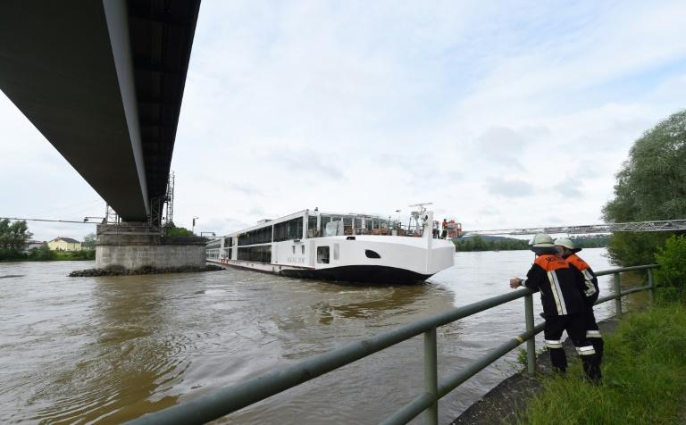 Fahrgastschiff auf der Donau rammt Eisenbahnbrücke (© 2016 AFP)