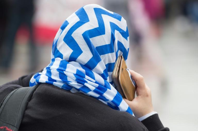 Frau in Berlin reißt Mädchen Tuch vom Kopf (© 2016 AFP)