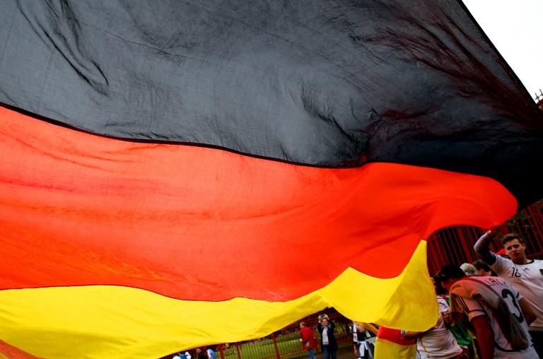 Fünf mal drei Meter große Deutschland-Fahne unter Jacke versteckt (© 2016 AFP)