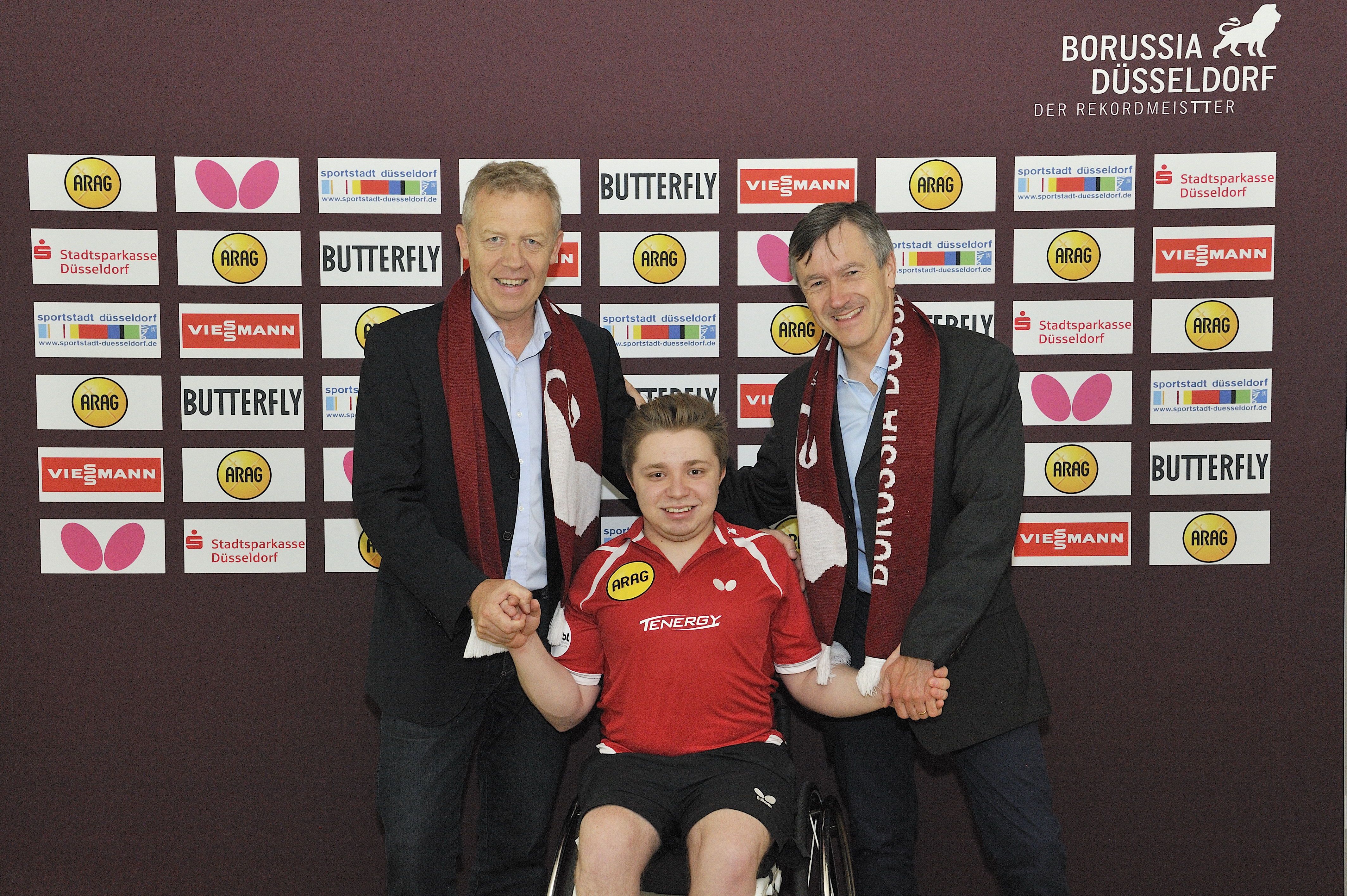 Valentin Baus gemeinsam mit Geschäftsführer Jo Pörsch (links) und Borussia-Manager Andreas Preuß (Foto: Borussia Düsseldorf)