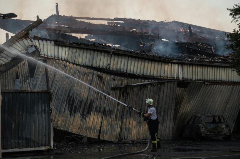 Großbrand einer Tennis- und Fußballhalle in Südhessen (© 2016 AFP)