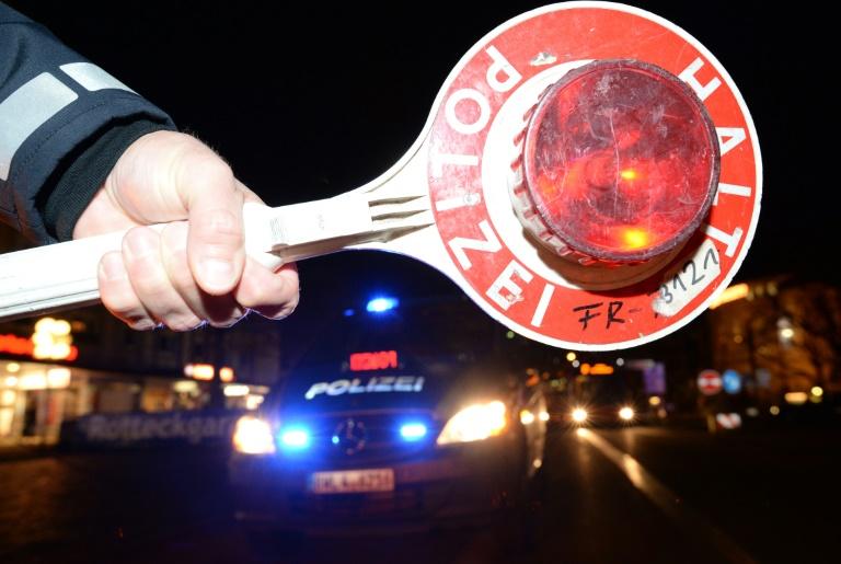 Falsche Polizisten lotsen jungen Autofahrer für Überfall von Autobahn (© 2016 AFP)