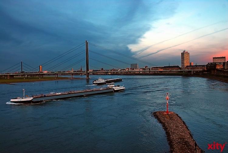 Am späten Freitag Vormittag fuhr sich ein Containerschiff auf dem Rhein fest(Foto: xity)