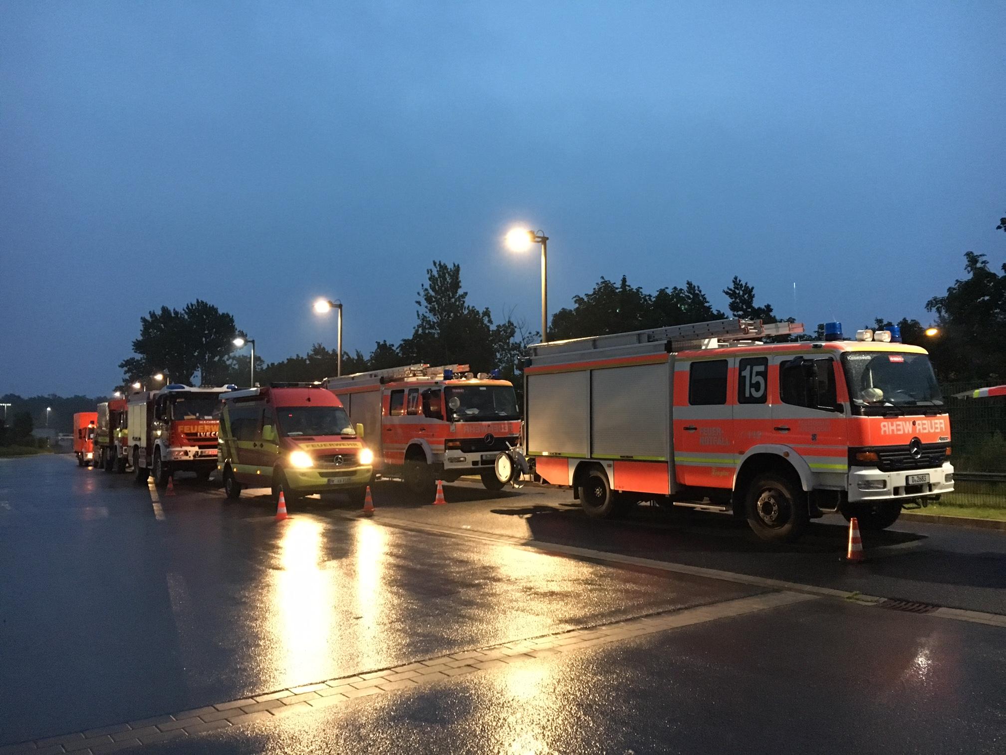 35 Fahrzeuge mit etwa 140 Einsatzkräften helfen in Hammikeln aus (Foto: Feuerwehr Düsseldorf)